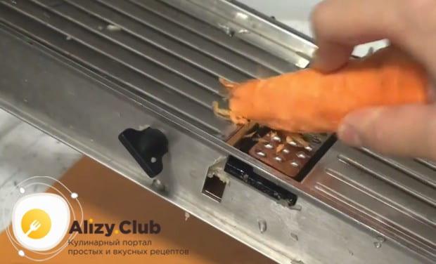 Натираем на терке сельдерей, а после него трем морковку.