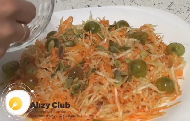 Посыпаем салат тыквенными семечками.