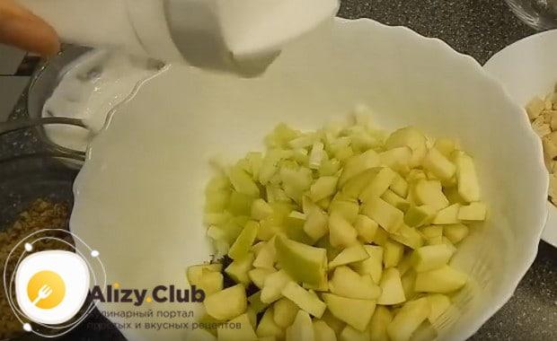 Соединяем нарезанные ингредиенты в миске и солим их.