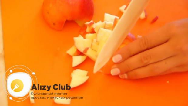 Очистите от сердцевины и нарежьте небольшими кубиками пару яблок