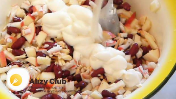 Заправьте салат майонезом, выложите на красивое блюдо