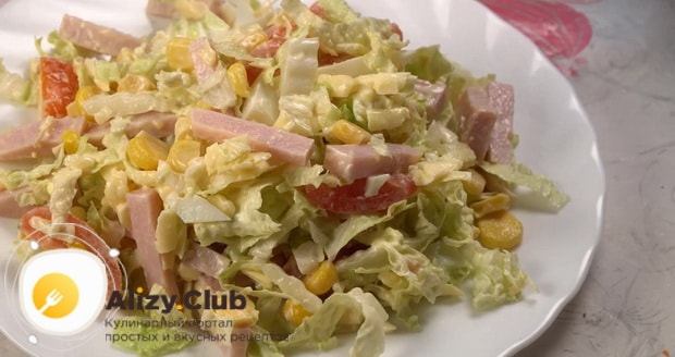 Для приготовления салата с пекинской капустой и ветчиной, смешайте ингредиенты