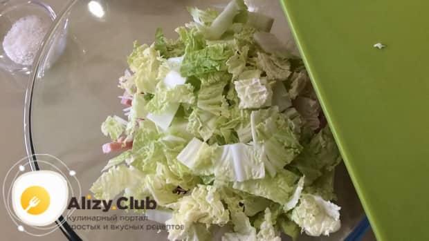 Для приготовления салата с пекинской капустой и ветчиной, нарежьте ингредиенты