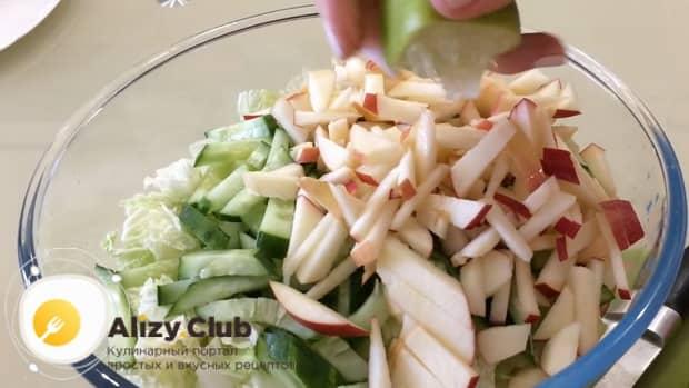 Для приготовления салата с пекинской капустой и ветчиной, подготовьте ингредиенты