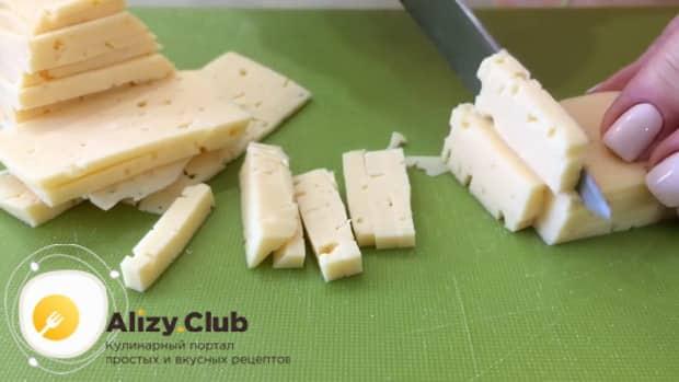 Для приготовления салата с пекинской капустой и ветчиной, нарежьте сыр
