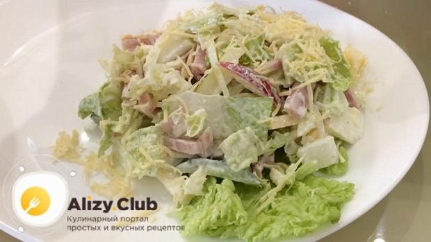Для приготовления салата с пекинской капустой и ветчиной, заправьте салат