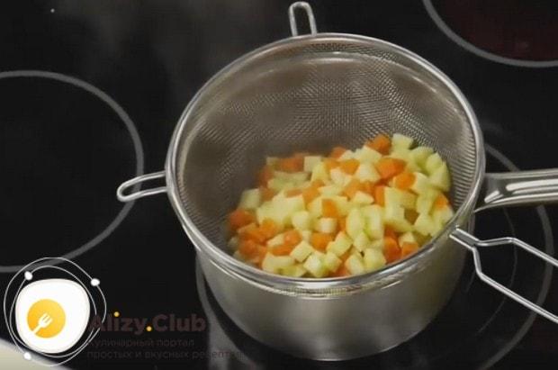 Отваренные овощи откидываем на сито.