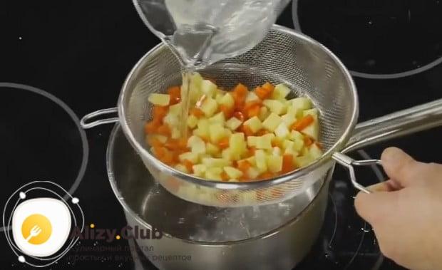 Овощи промываем чистой холодной водой.