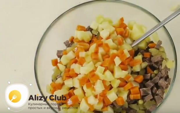 Все измельченные ингредиенты выкладываем в миску, добавляем зеленый горошек.