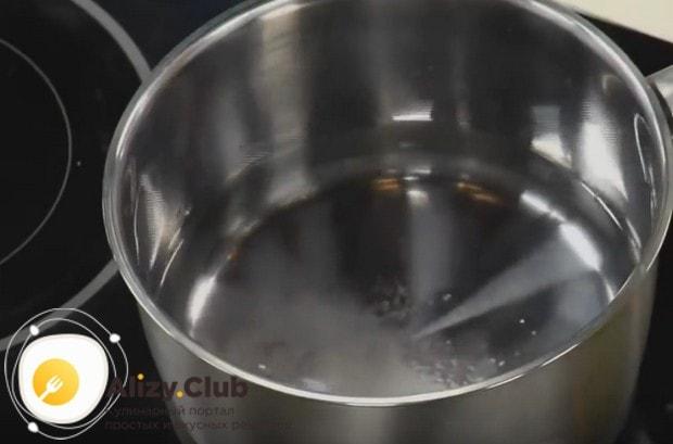 В небольшой кастрюльке ставим нагреваться воду.