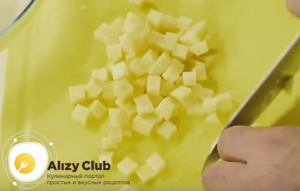 Картофель режем такими ж кубиками, как и морковку.