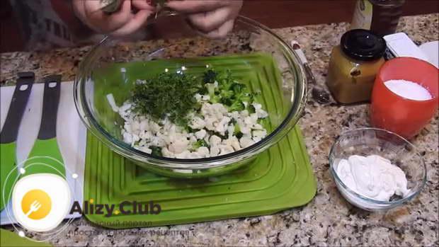 Кладем 30-40 грамм нарезанной зелени