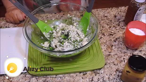 Перемешиваем салат, раскладываем его по тарелкам и подаем