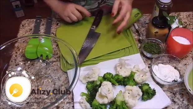 После полного остывания вынимаем капусту из воды на бумажные полотенца