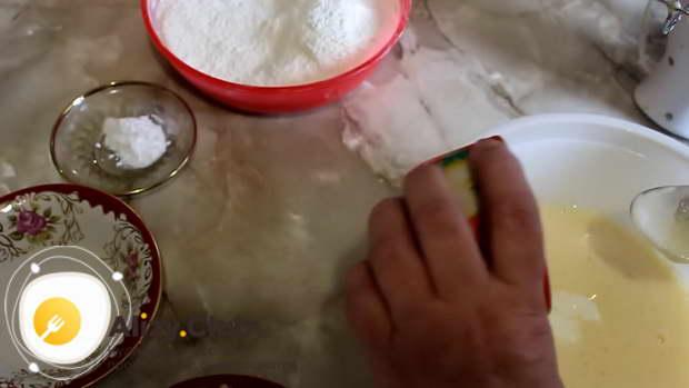 В яичную массу добавить 70 г сметаны