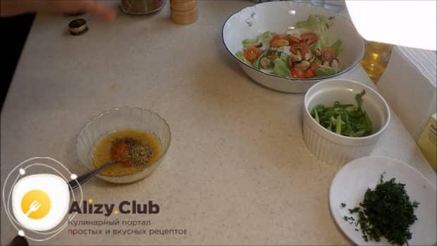 По рецепту для приготовления салата с мидиями и помидорами, приготовьте вкусную заправку