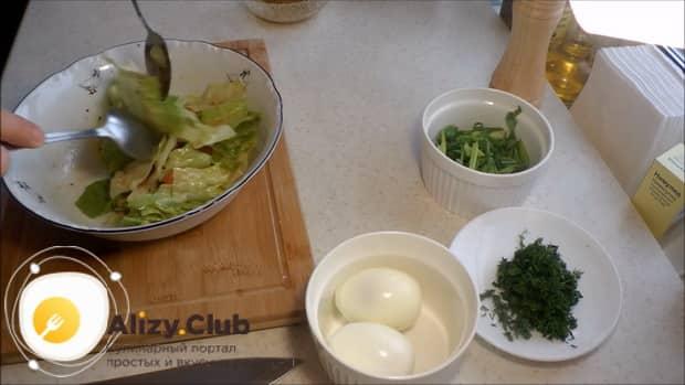 По рецепту для приготовления салата с мидиями и помидорами, перемешайте ингредиенты