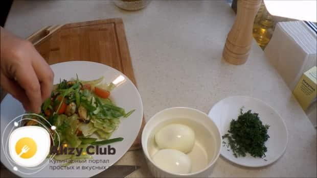 По рецепту для приготовления салата с мидиями и помидорами, отварите яйца