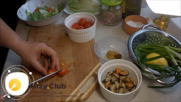 По рецепту для приготовления салата с мидиями и помидорами, нарежьте ингредиенты