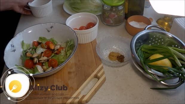 По рецепту для приготовления салата с мидиями и помидорами, соедините ингредиенты
