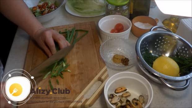 По рецепту для приготовления салата с мидиями и помидорами, нарежьте лук