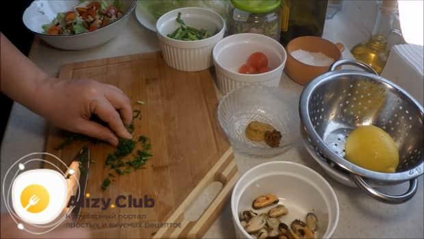 По рецепту для приготовления салата с мидиями и помидорами, нарежьте укроп