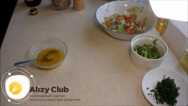 По рецепту для приготовления салата с мидиями и помидорами, добавьте специи