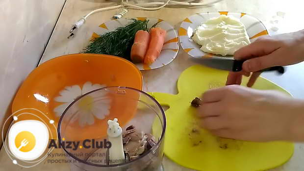Рыбное филе, молоки или икру нарезаем небольшими кусочками