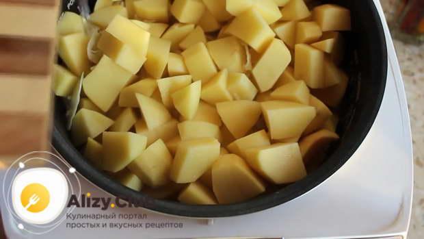 выложите к ним свежую капусту, 4 ст. ложки квашеной капусты и картошку