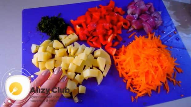 Для приготовления скумбрии запеченной в духовке с картошкой, по рецепту, нарежьте овощи