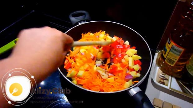 Для приготовления скумбрии запеченной в духовке с картошкой, по рецепту, обжарьте овощи