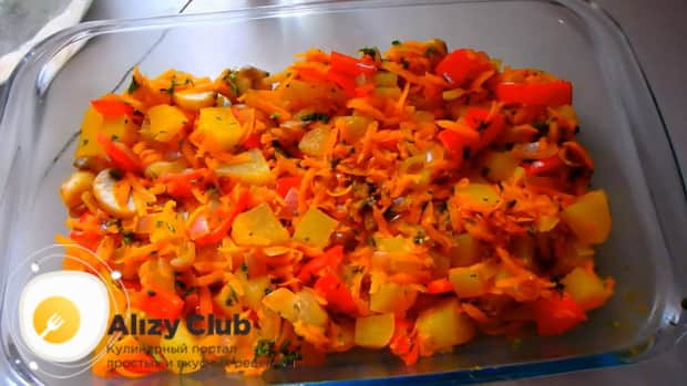 Для приготовления скумбрии запеченной в духовке с картошкой, по рецепту, выложите овощи в форму