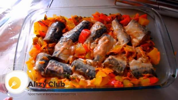 Для приготовления скумбрии запеченной в духовке с картошкой, по рецепту, выложите рыбу в фориу