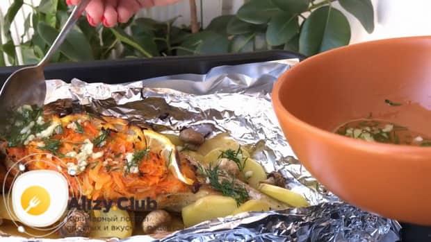 Для приготовления рыбы в духовке с морковью и луком приготовьте чесночный соус.