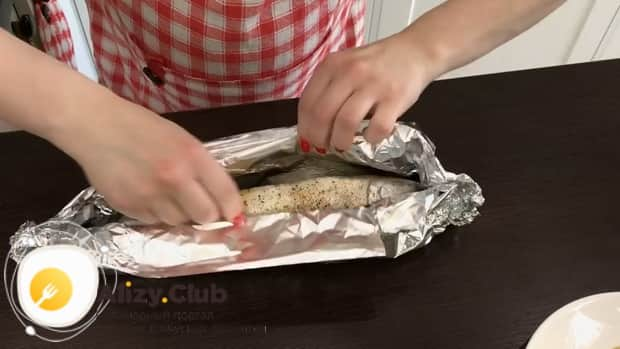 Для приготовления рыбы в духовке с морковью и луком приготовьте фольгу