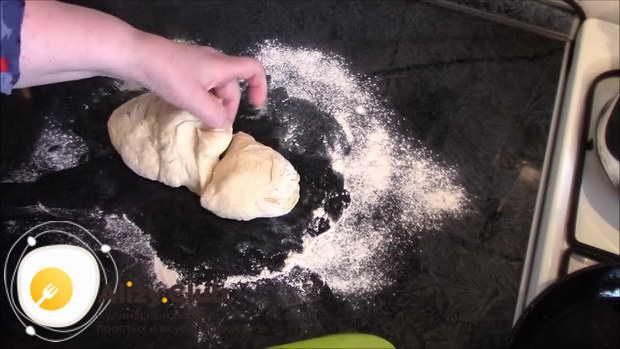 Обомните тесто и разделите на две части