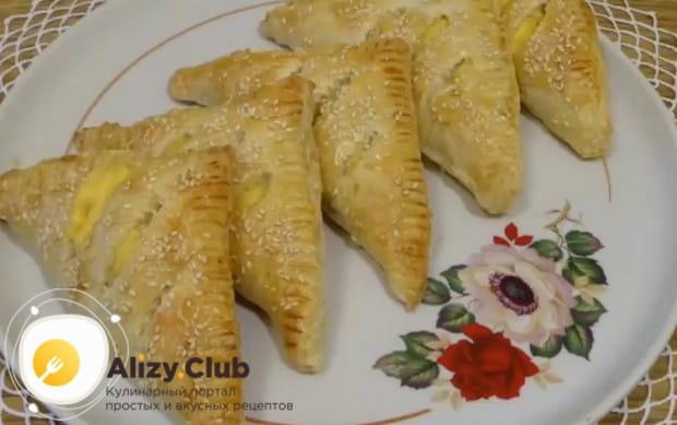 Ароматные слойки лучше всего кушать горячими, пока внутри сыр еще расплавленный.