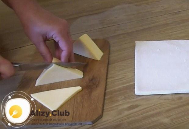 Сыр нарезаем тонкими треугольничками.