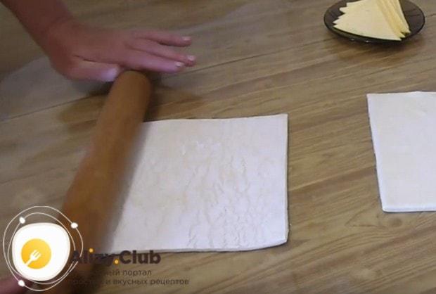 Немного раскатываем тесто.