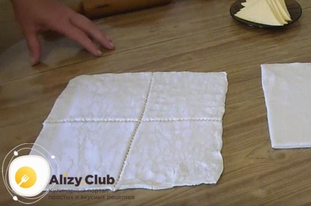 Разрезаем пласт теста на 4 квадрата.