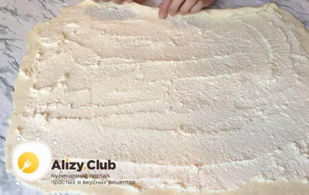 Для приготовления слоек с творогом из слоеного теста, выложите начинку