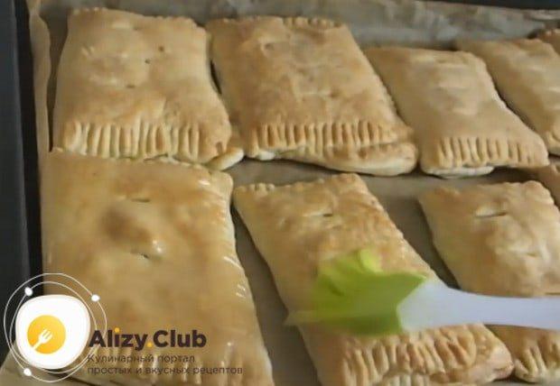 Приготовленные по такому рецепту слойки с ветчиной и сыром еще горячими можно смазать растопленным сливочным маслом.