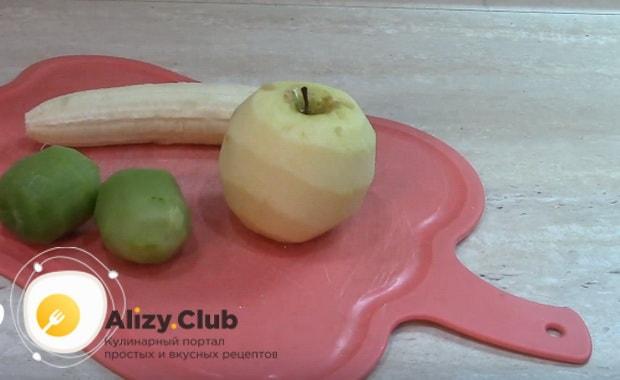 очищаем от кожуры яблоко банан и киви