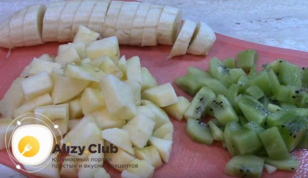 Все фрукты нарезаем небольшими кубиками