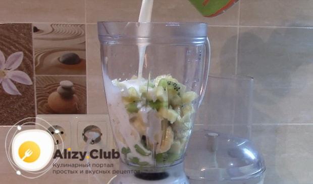 Нарезанные фрукты выкладываем в стакан блендера и заливаем молоком