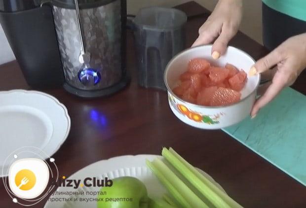 По такому же рецепту можно приготовить смузи из сельдерея и апельсина.