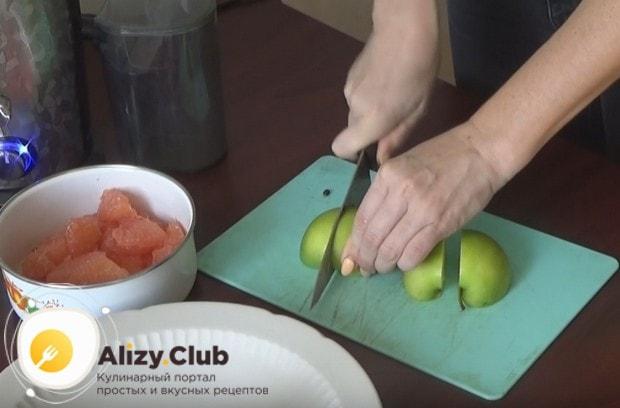 Режем кусочками зеленые яблоки.