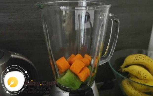 Морковку разрезаем на несколько кусочков и добавляем в блендер.