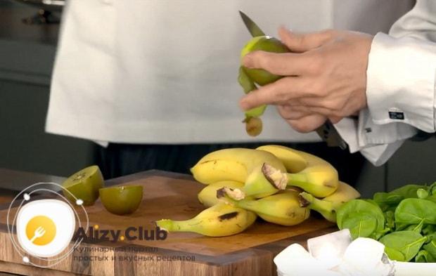очищаем от кожуры бананы и киви