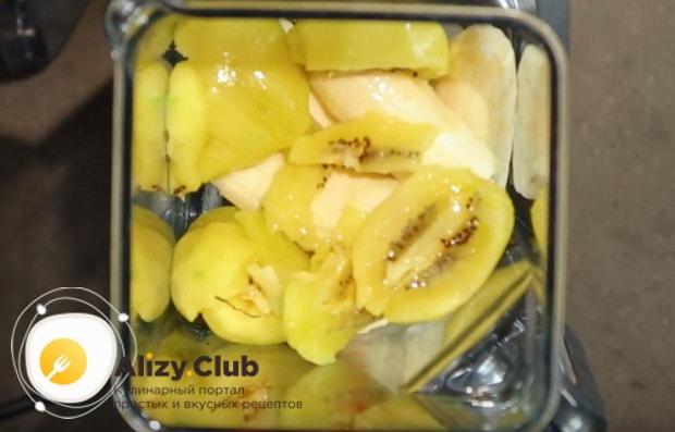 Перекладываем в стакан блендера нарезанные фрукты